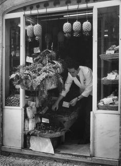 Artur Pastor Alter Do Chao, Nostalgic Pictures, Antique Photos, People Photography, Lisbon, Portuguese, The Past, Black And White, Small Shops
