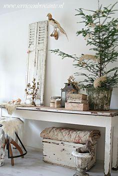 Je hoeft niet zo veel toe te voegen om een kerstsfeer te krijgen. Een boompje, takjes en kerstballen.
