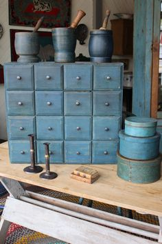 Blue Painted Furniture, Prim Decor, Primitive Decor, Deco Champetre, Pallet Painting, Country Blue, Wood Drawers, Country Furniture, Antique Stores