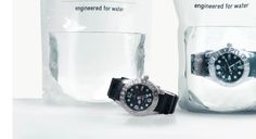 Les composants Le contenant : Ce packaging est à usage unique puisque toute ouverture du sachet est définitive. La poche est en plastique ce qui représente un inconvénient au niveau du respect de l'environnement.  Le décor :  La forme est relativement rare pour un packaging de montre, cela augmente l'effet de surprise pour le consommateur et attire davantage son attention. La forme et l'eau à l'intérieur du packaging attisent la curiosité.