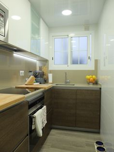 Reforma de cocina pequeña en Barcelona por Accesiblereformas.com