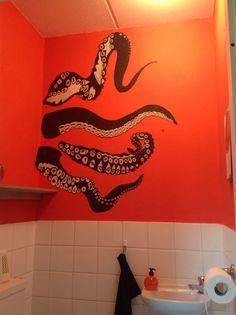 Mijn toilet, met octopus armen. Gemaakt van behang, beschilderd met acrylverf. Afbeelding gevonden op pinterest.