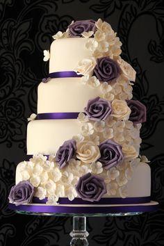 Hochzeitstorte lila rosen