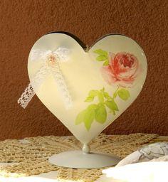 Mit Liebe für Shabby Chick    Herz Teelichthalter aus Metall mit Decoupage, Spitze und Perle dekoriert. Teelicht wird gratis mitgeliefert.