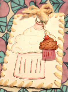 Cup cake keychain - made with shrink plastic by Danagonia - Magiske Smykker