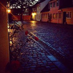 I kender måske gaden som Rosengade, men før navnet blev ændret hed gaden Nygade (eller i folkemunde Fygade) og var tilholdsted for de offentlige fruentimmere. Man lærer meget om byen på museets byvandringer. #mitodense #mitaftryk @odensebysmuseer www.thisisodense.dk/15245/byvandring-under-byen