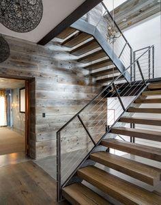 Metalen trap met houten treden.