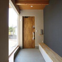 広めの玄関。右側の造作は、下駄箱兼腰掛けベンチです。玄関がいつも混み合う家庭は、玄関にベンチがあると結構重宝します! #グランハウス#岐阜#愛知#設計事務所 #玄関#土間スペース#明るい玄関#ベンチ #腰掛け#玄関扉#玄関ポーチ#おしゃれな玄関 #造作収納#シンプルデザイン#天井#板張り #天井板張り#ポスト#間取り