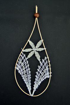 paličkovaná ozdoba/ bobbin lace ornament Bobbin Lace Patterns, Point Lace, Needle Lace, Lace Design, Dream Catcher, Stitch, Ornaments, Bobbin Lacemaking, Beading