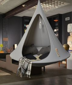 Laze do in this beautiful single hammock chair of Cacoon. Enjoy it to read a book in the garden or just rocking in the hanging tent Cacoon. My New Room, My Room, Cacoon Hammock, Hammock Ideas, Diy Hammock, Backyard Hammock, Bedroom Hammock, Indoor Hammock Chair, Hanging Tent
