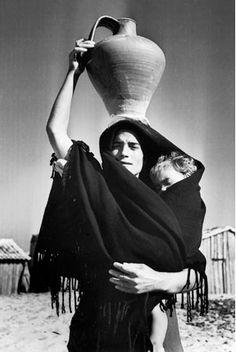 Jean Dieuzaide - Maternity, Viera de Leira, 1954. S)