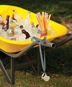 O carrinho de mão vira um cooler divertido, perfeito para churrascos. O abridor de garrafas fica pendurado na própria estrutura. Produção de Luana Prade (Drinks)