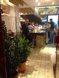 En el Barrio de Retiro de Madrid se encuentra la Taberna Pedraza donde diseño, arte y gastronomía se unen para deleitar a los comensales.  Estructuras de acero, decoración con elementos naturales y mobiliario de diseño.