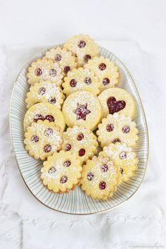 Muerbe Linzer Augen am weihnachtlichen Keksteller von Sweets and Lifestyle