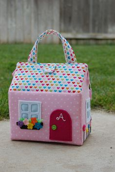Sac à dos filles casita-Moldes ~ lodijoella Maybe doorstop- sand inside plastic bagOne of the best crafted fabric houses I've seen from this tutorial.Charming doll houses with their own hands - Crafts Love the little flower box. Can translate to Eng Fabric Toys, Fabric Houses, Felt Fabric, Sewing For Kids, Diy For Kids, Felt Doll House, Toy House, House 2, Sewing Crafts