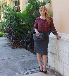 #FashionBySIMAN & Cristyana Somarriba Z: Un outfit de oficina moderno, la blusa en tono rojo vino con delicado estampado da fuerza al gris sobrio de la falda.