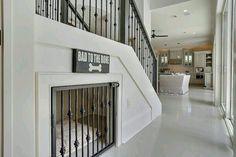 Hondenhok verwerkt in de trap