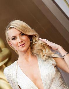 Chaque année, la cérémonie des Oscars récompense les meilleurs films, meilleurs acteurs, meilleurs réalisateurs, ainsi que tous les corps de métier du cinéma. Mais plus qu'une cérémonie de récompenses, les Oscars sont l'occasion pour les actrices de rivaliser d'élégance sur tapis rouge. Retrouvez toutes les photos du red carpet de la cérémonie des Oscars, et pénétrez dans les coulisses de la soirée la plus attendue à Hollywood. http://www.elle.fr/index/oscar