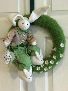 Gallery of Fabrics (Tissus originaux et accessoires) Easter Wreaths, Holiday Wreaths, Felt Crafts, Easter Crafts, Easter Bunny, Easter Eggs, Easter Flower Arrangements, Felt Wreath, Easter Parade