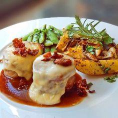 Gratinierte Schweinemedaillons mit Bacon, Zuckerschoten und mediterranen Kartoffelspalten aus dem Ofen