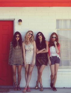 Desert Beauties - Free People taps Jacquelyn Jablonski, Hailey Clauson, Luisa Bianchin and Kate Harrison for its April catalogue featuring music festival inspired looks. Captured by Thomas Northcut, the quartet travels to the desert Shooting Photo Amis, Photographie Portrait Inspiration, Music Festival Fashion, Festival Style, Festival Outfits, Moda Fashion, Style Fashion, Spring Fashion, Fashion Outfits