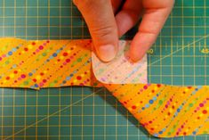 HACER UNA TIRA DE BIES - MIMANA PATCHWORK Patches, Projects To Try, Sewing, Accessories, Ideas Para, Bandana, Facebook, Tuto Couture Facile, Sewing Blogs