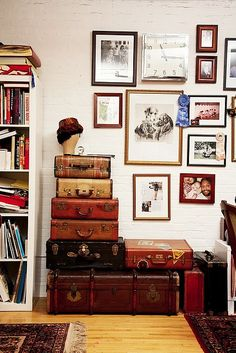 Old Suitcase Vintage Luggage makes an excellent decor item, as well as perfect storage. Home Interior, Interior And Exterior, Interior Design, Casa Hipster, Decoracion Low Cost, Old Luggage, Vintage Suitcases, Vintage Luggage, Deco Boheme
