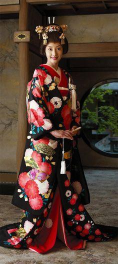 Japan: Contemporary wedding kimono -- I went to a Japanese wedding.the bride changed into a Western white wedding dress after the traditional Shinto Ceremony (uchikake) Style Du Japon, Look Kimono, Wedding Kimono, Wedding Dress, Japanese Wedding, Japanese Brides, Yukata, Japanese Outfits, Japanese Beauty