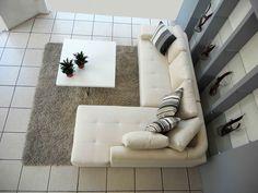 """CASAS AMP TE DICE ¿Qué tipo de sillón me conviene para un espacio reducido? Los sillones en forma de """"L"""" y los modelos sin descansa brazos dan mayor amplitud porque son visualmente más ligeros, al igual que los de respaldo bajo y de líneas rectas. Así no invadirás el espacio y favorecerás la circulación en la sala, cuando es pequeña. El tamaño del sillón debe ser proporcional a la sala para que no se vea exagerado. www.casasamp.com"""