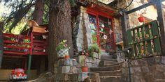 À direita, a entrada para o café, e à esquerda a área externa com algumas mesas do Café Dejavu no Cajón del Maipo