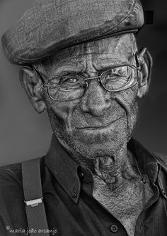 Faces/Caras...! Old man, glasses, cap, wrinckles, powerful face, lines of life, intense eyes, a face that have lived with many stories to tell, portrait, photo b/w.