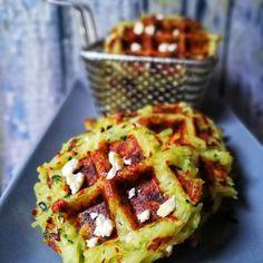 Je vous présente aujourd'hui une recette que j'aime faire, des gaufres salés ! C'est la pleine saison des courgettes alors profitons - en ... Les gaufres sont géniales - dégustez-les avec une belle salade pour un plateau-télé gourmand, à l'apéro entre amis ... Et surtout pour faire manger des légumes dans la joie et la bonne humeur !  • 200 g de courgette   • 400 g de pommes de terre  • 1 œuf • 3 cuillères à soupe de farine Batch Cooking, Healthy Recipes, Healthy Food, Brunch, Veggies, Foods, Meals, Vegan, Bagels