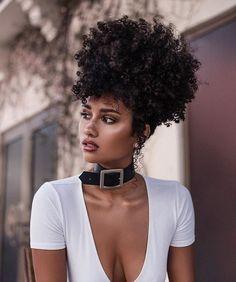 Afro puff sur cheveux crépus bouclés naturels