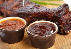 Don't settle for bottled sauce! Learn how to make barbecue sauce to wow your friends with just a few extra ingredients. Receta Salsa Bbq, Salsa Barbacoa Casera, Homemade Bbq Sauce Recipe, Sauce Recipes, Cooking Recipes, Yummy Recipes, How To Make Barbecue, Memphis Bbq, Russian Recipes