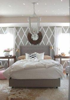 jolie chambre a coucher blanc gris avec tete de lit captionné