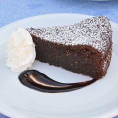 Torta caprese Bimby, una torta alle mandorle e cioccolato sofficissima e supergolosa! Ingredienti: 250 gr di mandorle non pelate, 250 gr di cioccolato...