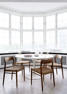 my scandinavian home: The fabulous Danish home of an interior designer / simple dining room with white table and wooden chairs / white dining area Mesa Saarinen, Saarinen Table, Dining Room Chairs, Table And Chairs, Dining Area, Dining Rooms, Wood Chairs, Round Dining, Rattan Chairs