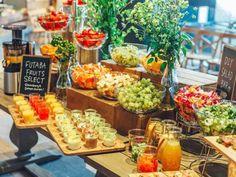 """《 銀座 》おいしさはもちろん、美容、健康、ダイエットの味方であるフルーツは、オールシーズン欠かせない人が多いのでは?   そんな方に朗報!本日4/18(火)、銀座の『RAMO FRUTAS CAFE』がフルーツビュッフェを開催!   たくさんのフルーツを食べに銀座へ急ごう!  旬のフルーツをビュッフェで提供!  いつでもフルーツを手に取ることはできるが、一番おいしく栄養価が最も高まるのは、やはり""""旬""""の時期。   『RAMO FRUTAS CAFE』は""""美と健康""""をテーマに旬のフルーツを楽しむことができる。今回、そのコンセプトどおり旬のフルーツをセレクトしてビュッフェで提供してくれる。   甘くビタミンたっぷりのフルーツを食べて、お肌には艶とハリ、一日には元気を与えよう!"""