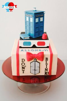 """Here's our """"Doctor Who"""" Cake, that we make for the birthday of a huge fan of the serie. We symbolize symbol from his favorites doctor the and the For the flavor it's an Oreo vanilla cake filled with Oreo ganache. Tardis is made in. Doctor Who Birthday, Doctor Who Party, Doctor Who Wedding, 25th Birthday, Happy Birthday, Sweets Cake, Cupcake Cakes, Fondant Cakes, Dr Who Cake"""
