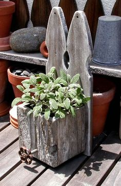 Cute picket-fence planter in reclaimed wood. #planter #diy #container #gardening