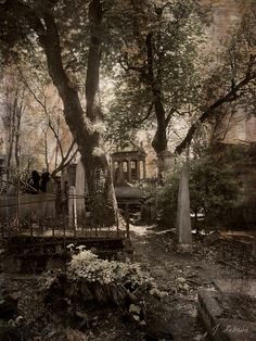 Pere Lachaise cemetery Paris. Resting place of Oscar Wilde, Edith Piaf, Isadora Duncan, Frederic Chopin, Marcel Proust...