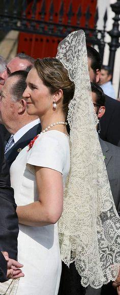 Catholic Veil, Flamenco Costume, Hacienda Wedding, Mantilla Veil, Spanish Royalty, Spanish Woman, Estilo Real, Royal Fashion, Beautiful Outfits