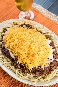 If youve ever had the pleasure of visiting Cincinnati Ohio youve probably heard of or visited the famous Skyline Chili restaurant home of you guessed it Skyline Chili Sky. Crockpot Dishes, Crock Pot Slow Cooker, Crock Pot Cooking, Slow Cooker Recipes, Crockpot Recipes, Cooking Recipes, Cooking Chili, Cooking Lamb, Copykat Recipes