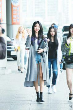 Gfriend at Gimpo Airport Heading to KCON JAPAN 180413 Cr: twitter Kpop Fashion, Korean Fashion, Boho Fashion, Airport Fashion, Gfriend And Bts, Kpop Mode, Gfriend Sowon, G Friend, Airport Style