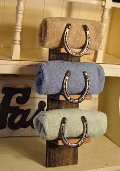 Handmade Horse Shoe Wall Rack Towel Holder - Back Roads Living Finds Horseshoe Projects, Horseshoe Crafts, Horseshoe Art, Horseshoe Boot Rack, Horseshoe Decorations, Horse Shoe Nails, Horse Shoes, Horse Shoe Drawing, Horse Shoe Cross