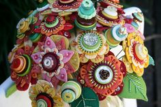 felt flower and button bouquet Button Bouquet, Button Flowers, Button Art, Button Crafts, Diy Arts And Crafts, Bead Crafts, Faux Flowers, Fabric Flowers, Beaded Bouquet