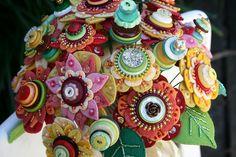 felt flower and button bouquet Button Bouquet, Button Flowers, Button Art, Button Crafts, Diy Arts And Crafts, Bead Crafts, Faux Flowers, Fabric Flowers, Beaded Bouquet
