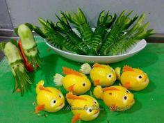 Lemon fish, cucumber shrimp and cucumber squid. The lemon fish look like Nemo! Fruits Decoration, Food Decorations, Lemon Fish, Fruit And Vegetable Carving, Veggie Art, Food Carving, Food Garnishes, Garnishing, Edible Food