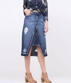 Saia feminina Com barra desfiada Com corte diferenciado Com puídos Marca: Marfinno Tecido: Jeans Composição: 100% algodão Modelo veste tamanho: 36 Medidas da Modelo: Altura: 1,73 Busto: 85 Cintura: 60 Quadril: 90 COLEÇÃO VERÃO 2018 Veja outras opções de saias femininas .