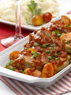 Tómate 20 minutos  para cocinar unsa ricas Chuletas guisadas a la chilena y te alcanzará para 8 platos con 411 Kcal por porción.